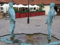 Peeing_statues